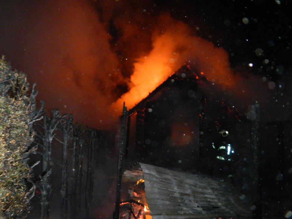 Požár chaty v chatové oblasti Radava v dubnu 2019.