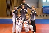 Na snímku jsou s trenérem Davidem Krejčou zleva Martin Granilla, Aneta Stinková, Dominik Smola a před nimi Jakub Schánilec a Tomáš Nechyba.