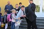 Zahájení školního roku v Kovářově se starostou Pavlem Hrochem.