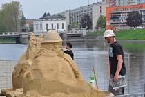 Na náplavce řeky Otavy vznikají první sochy pro Cipískoviště. Na snímku jsou sochaři Jakub Zimáček (vpředu) a Jiří Kašpar.