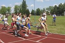 Na snímku je pole žákyň v běhu na 800 metrů krátce po startu, s číslem 48 běží Michaela Kašová z Atletiky Písek, která skončila na velmi pěkném druhém místě.