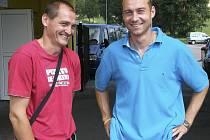 Trenér fotbalistů Sokola Čížová Juraj Kobetič (na snímku vlevo v rozhovoru s hráčem Josefm Šáchou) sledoval před týdnem mužstvo Votic při utkání v Písku. A právě Votice jsou prvním soupeřem Čížové v divizní soutěži.
