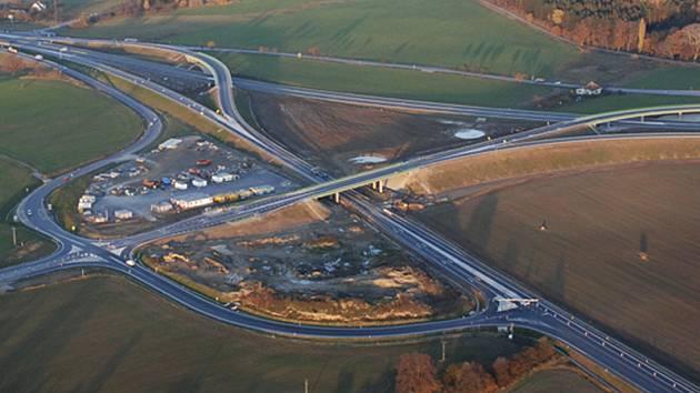 Nový úsek rychlostní komunikace R4 z Třebkova do Mirotic naváže na loni dokončenou mimoúrovňovou křižovatku Nová Hospoda (v místech na snímku vlevo nahoře).