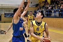 Píseckého Martina Svobodu (vpravo) brání Marcel Bátovský z USK Praha.