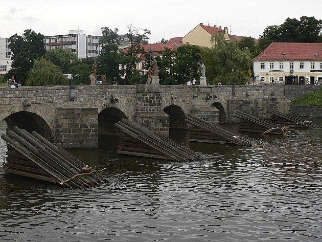 Ledolamy u Kamenného mostu potřebují nutně opravu.