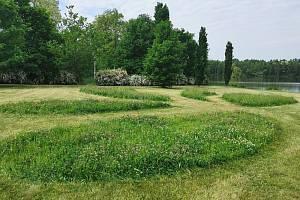 V trávě vznikají během sečení květinové ostrovy a různé ornamenty.