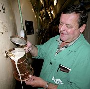 """""""Ročně nakupujeme v jižních Čechách zhruba 3000 tun vybraných odrůd jarních sladovnických ječmenů. Z tohoto množství se vyrobí 2400 tun sladu,"""" říká dlouholetý sládek protivínského pivovaru Karel Kulich (na snímku)."""