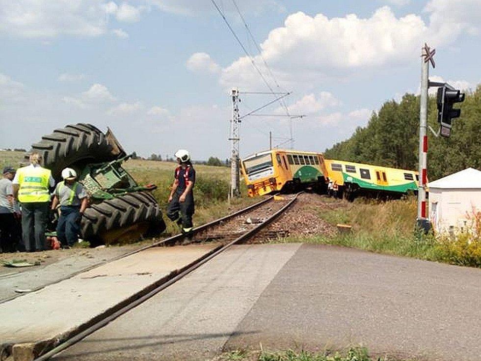 Nehoda na železničním přejezdu u Smrkovic. Střetl se zde traktor s osobním autem.