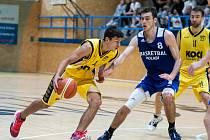 Miroslav Procházka útočí na koš v domácím utkání s Basketbalem Polabí.