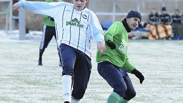 V úvodním zápase Hlubocké zimní ligy remizovali fotbalisté Protivína (I. A třída) s divizním Českým Krumlovem 2:2. Na snímku z utkání bojuje protivínský Ruczkowski (vlevo) o míč s Vackem.