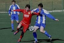 Útočník Roman Zahrádka (v tmavém atakovaný Janem Obleserem) vstřelil druhý gól svého týmu v úvodním zápase jarní části krajského přeboru, ve kterém fotbalisté FC Písek B zvítězili na domácí umělce nad Sokolem Sedlice 2:0.