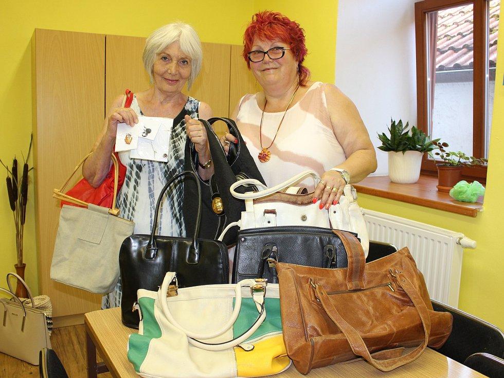 Zdeňka Králová a Hana Netolická přinesly každá čtyři kabelky do kabelkového veletrhu Deníku. Děkujeme!