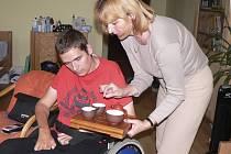 Občanské sdružení Mesada se věnuje péči o těžce zdravotně postižené. Na ilustračním snímku je Dana Hrychová, vedoucí služby osobní asistence písecké pobočky, při asistenci u jednoho z klientů.