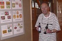 Předseda  pořádajícího Klubu sběratelů pivovarských suvenýrů Jaroslav Řehůřek představuje  pivo z Velikončoního ostrova, jeden z unikátů na výstavě Svět piva v v písecké Sladovně.