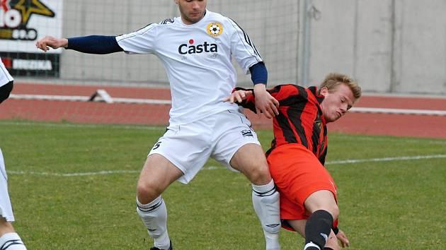 Domácí Tomáš Kohút (vlevo) atakuje hostujícího Švece v zápase krajského fotbalového přeboru,ve kterém Písek B zvítězil nad Lažištěm 3:1.