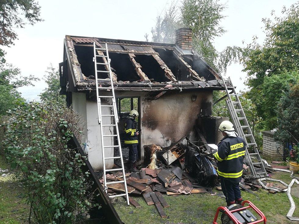 Při požáru chatky zemřelo dítě.