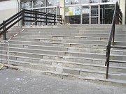 SCHODY. Po tomto schodišti projdou denně desítky lidí do plaveckého bazénu v Písku.