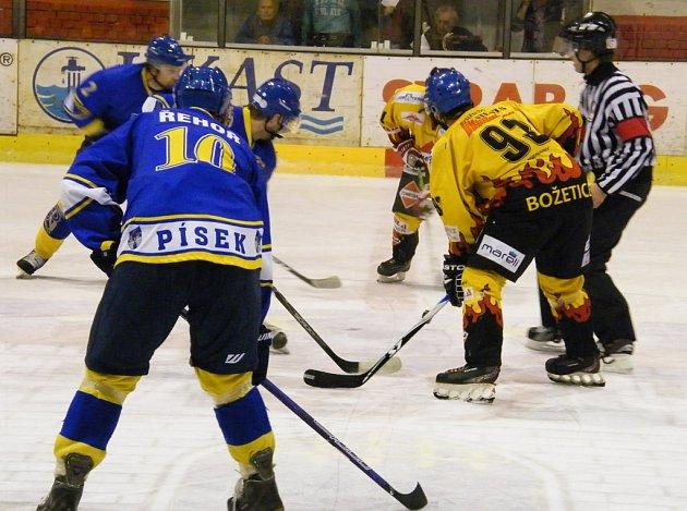 Na snímku ze sobotního utkání krajské hokejové ligy IHC Písek - TJ Božetice (5:1) je v tmavém domácí Jan Řehoř a hostující Stanislav Pešta (vpravo), za ním je hlavní rozhodčí Malecha.