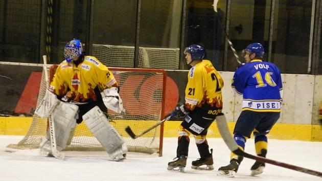 Tahákem nadcházejícího sportovního víkendu bude nedělní okresní derby v krajské hokejové lize mužů, ve kterém mužstvo TJ Božetice přivítá na Zimním stadionu v Milevsku lídra soutěže IHC Písek (17.00). Snímek je z utkání obou soupeřů v Písku.