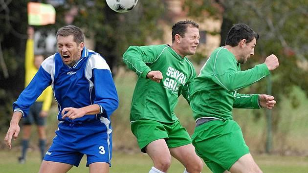 Domácí Mach (vlevo) ve vzdušném souboji s Boháčem a Peťulem v utkání krajského fotbalového přeboru, ve kterém Čížová vyhrála nad Českým Krumlovem 2:1.