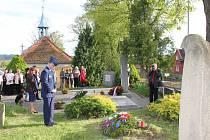 Položení věnců u hrobů ruských vojáků a dětí z romského tábora v Letech na mirovickém hřbitově.