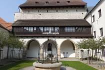V Prácheňském muzeu jsou vystaveny pohřební oděvy dvou českých králů.