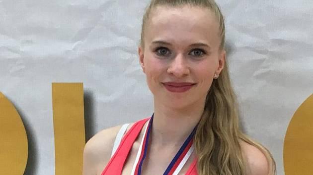 Dagmar Vlčková, členka klubu EDITA Sokol AK Písek manželů Šťastných, vítězka ligy s trofejemi bezprostředně po skončení mistrovství České republiky.