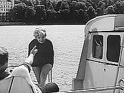ALIBI NA VODĚ. Režisér Konrád (Otomar Krejča) ukryje manekýnu Zuzanu Kroftovou (Ivana Striničová) na hausbótu, který kotví naproti Orlíku. Modelka se stane obětí vraždy.