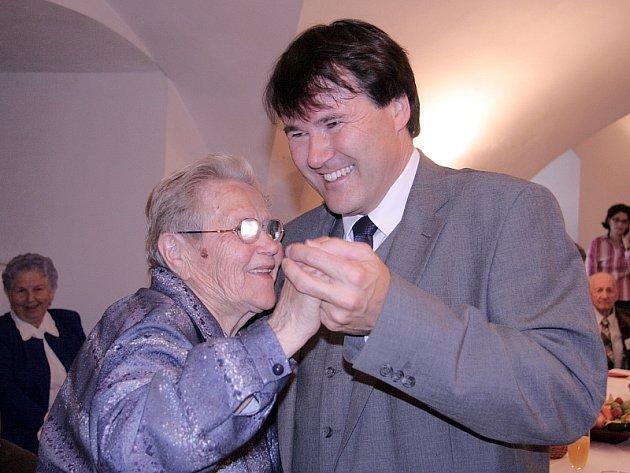 Vyzvání starosty Miroslava Sládka  neodmítla ani jedna z nejstarších obyvatelek Písku sedmadevadesátiletá Anna Pichlíková.