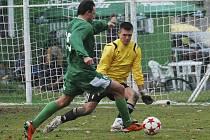 Domácí Lukáš Kučera se takto objevil před brankářem hostí Miroslavem Jirkalem a vstřelil druhý gól svého týmu v zápase fotbalové divize, ve kterém Čížová zvítězila nad Českým Krumlovem 3:0.