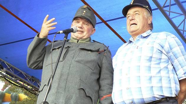 Na pódiu v Putimi dekoroval Josef Švejk (vlevo) za obrsta Miloslava Uhlíka, starostu zdejších hasičů, který postavu Švejka často sám ztvárňuje.