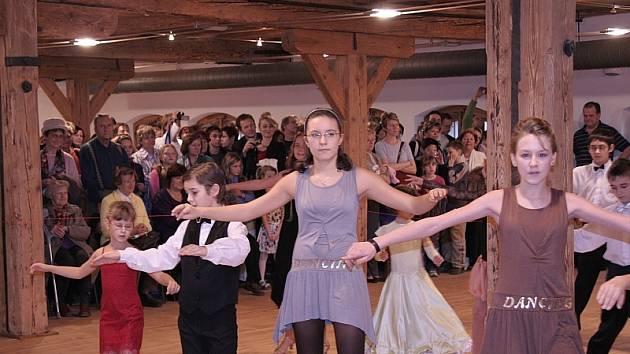 BOHATÝ PROGRAM. Veliký aplaus sklidili od přítomných diváků v písecké Sladovně členové taneční školy Čtyřlístek ZŠ J. K. Tyla v Písku.