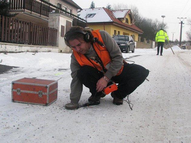 Pracovníci VaKu při hledání závady na potrubí.