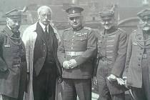 František Krásný (druhý zleva) na střeše Tyršova domu s polskou delegací.