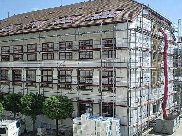 ZATEPLOVÁNÍ. Snímek ze současných prací na budově gymnázia.