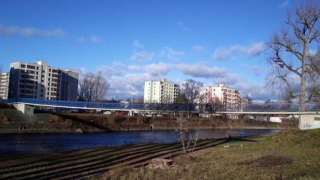Lávka přes řeku Otavu.