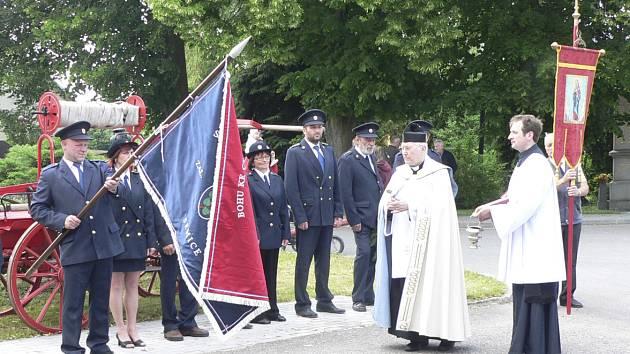 Písecký vikář Karel Vrba posvětil prapor Sboru dobrovolných hasišů v Semicích.