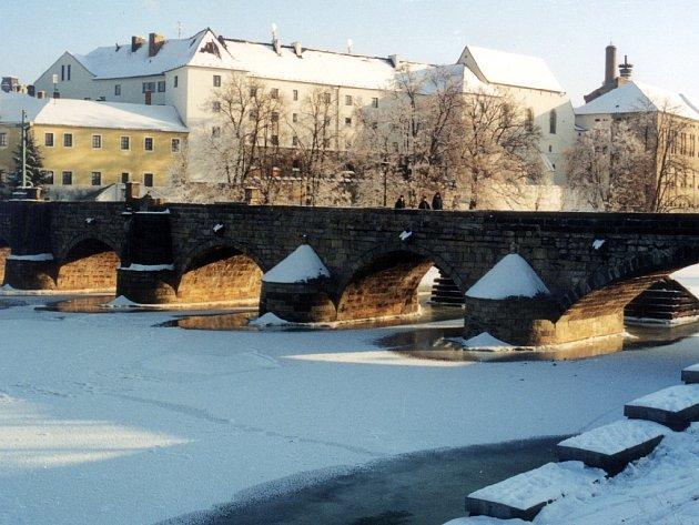 Jako v zimě asi Kamenný most během akce Královna bílé stopy vyhlížet nebude, ale sníh by se na něm prý objevit měl...