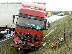 Řidič kamionu, který jel 4. září od Českých Budějovic po píseckém obchvatu, se dostal ve vyjetých kolejích do smyku a skončil v příkopě. Zablokoval dva jízdní pruhy a dopravu museli řídit policisté.