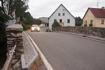 MOSTEK. Podle některých obyvatel obce je pro chodce úsek nebezpečný.
