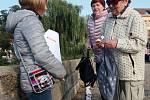 Celostátní akce Papučový den v Písku. Papučový řetěz na Kamenném mostě.