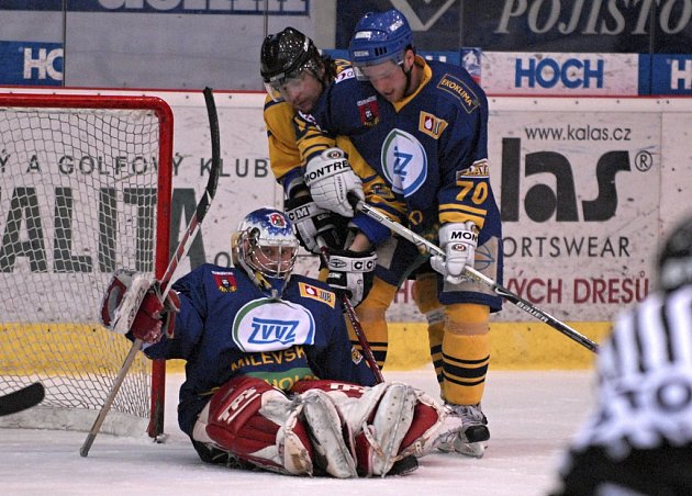 V prvním utkání semifinále play off zvítězili druholigoví hokejisté Milevska nad Benešovem 3:2. Na snímku z utkání zachraňuje milevský brankář D. Svoboda, ve spolupráci s Hamerlem, při šanci hostujícího Kaňky.