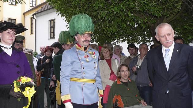 Na nádvoří Prácheňského muzea v Písku v pátek večer přivítal  jihočeský hejtman Jan Zahradník členy habsburské rodiny.