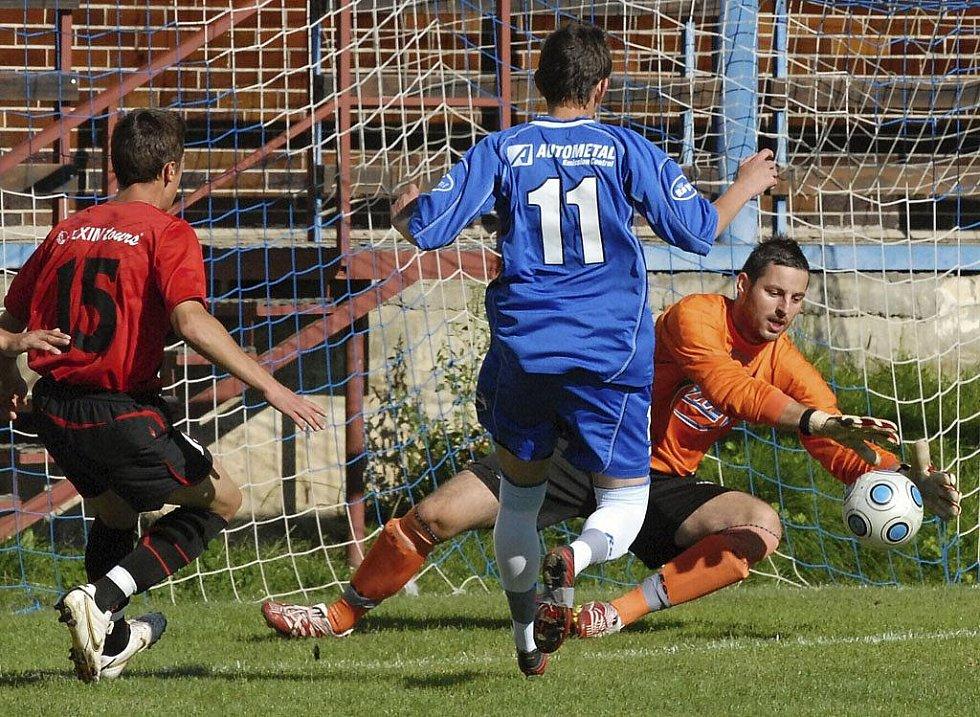 Z této šance domácí Vukadinovič (vlevo) brankáře hostí Horka nepřekonal, přesto v zápase fotbalové divize zvítřězil Tábor nad Milevskem 3:2.