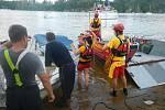 Záchranná akce hasičů na Orlické přehradě u Kožlí, kde se převrátila loď a hledaly se dvě osoby.
