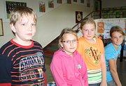 ODPOVÍDALI.  V horní řadě jsou Adéla Těhlová, Ondřej Horák  a  Luboš Mareš a v dolní řadě sedí Nela Lidová, Eva Polodnová a Jan Fojtík.