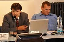 Bývalý starosta Sládek (vlevo) a bývalý místostarosta Dušek na jednom ze zasedání zastupitelstva.