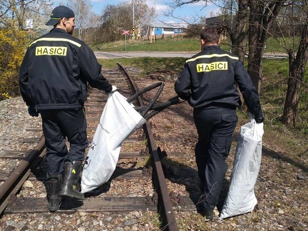 Hasiči uklízeli město od odpadků.