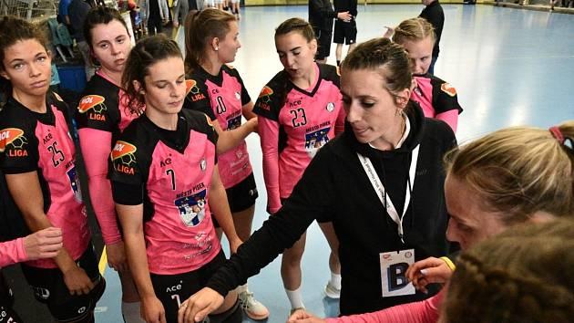 Písecké házenkářky čekají v pátek a sobotu dva duely 2. kola Evropského poháru s bosenským Grude, které odehrají na domácí palubovce. Na snímku Jihočešky (v růžovém) v interligovém souboji se Stuapavou.