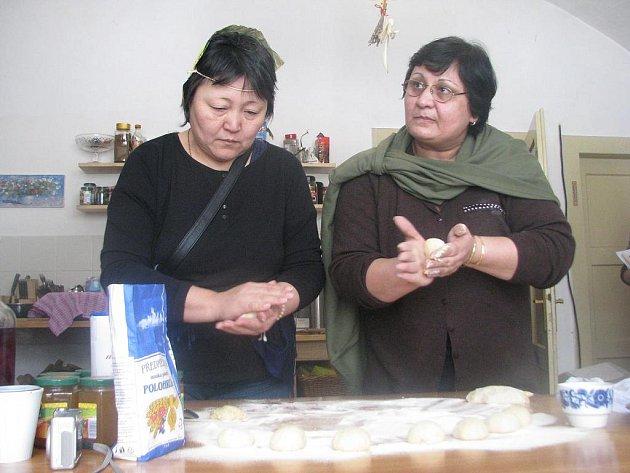 Ženy připravují koblihy.